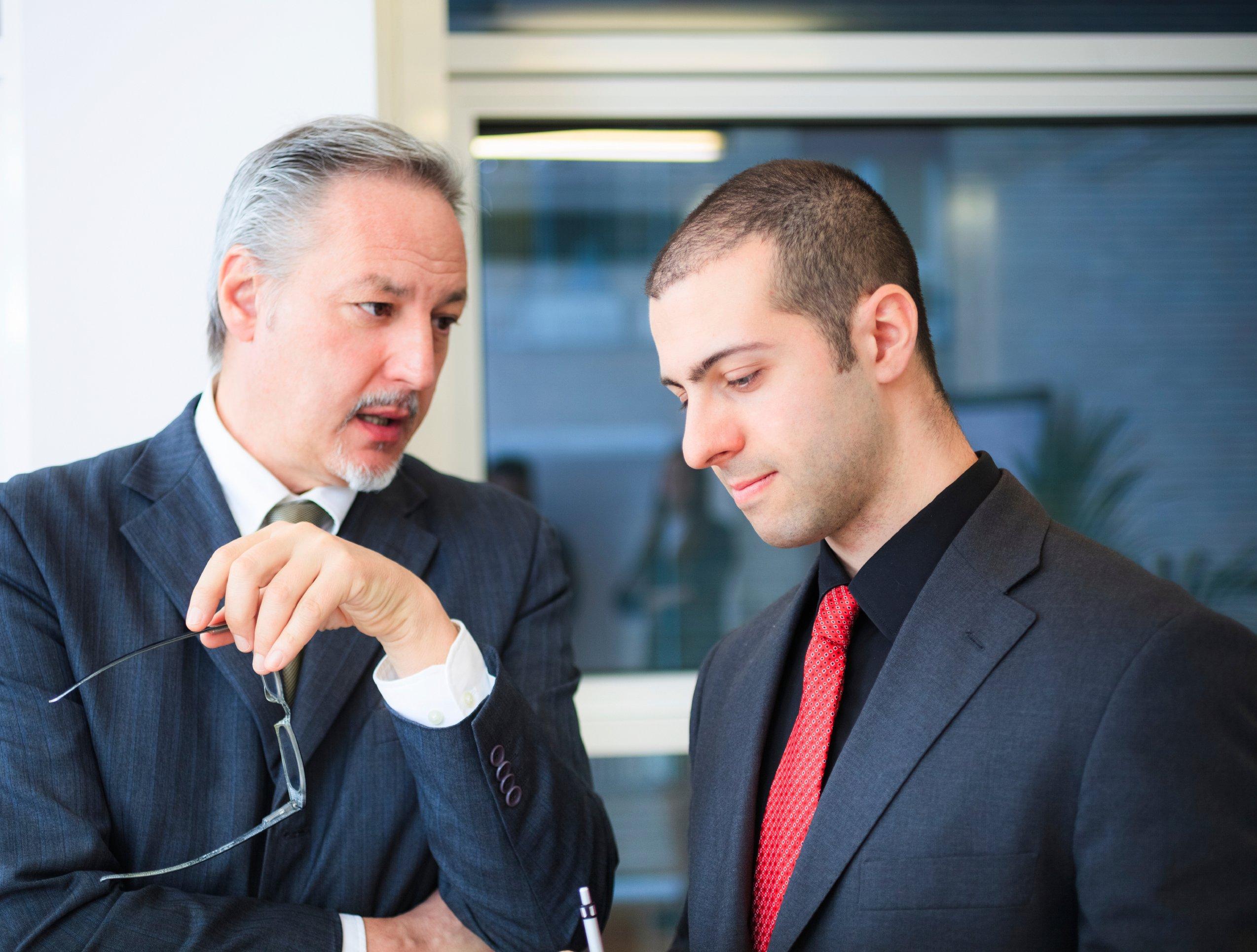 manager giving employee feedback